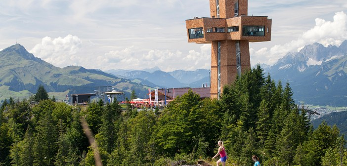 """Das Jakobskreuz auf der Buchensteinwand im Pillerseetal ist das größte Gipfelkreuz der Welt und kann während einer Pilgerwanderung auf dem Tiroler Teil des Jakobsweges besucht werden. Es setzt ein Zeichen des Friedens und ist ein christliches Symbol, """"Kraftplatz"""" sowie Ausflugsziel zugleich."""